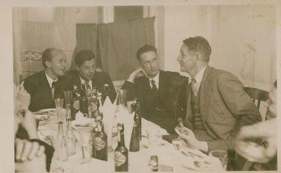 Nuotrauka. Rašytojas B. Sruoga tarp Vytauto Didžiojo universiteto teatro seminaro klausytojų