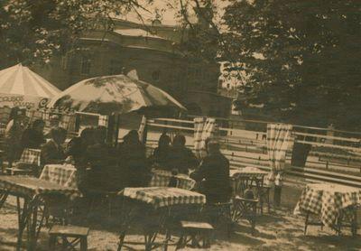 Nuotrauka. Rašytojas B. Sruoga tarp teatro seminaro klausytojų lauko kavinėje
