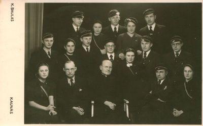 Nuotrauka. Vytauto Didžiojo universiteto studentai ir nežinomas kunigas foto ateljė