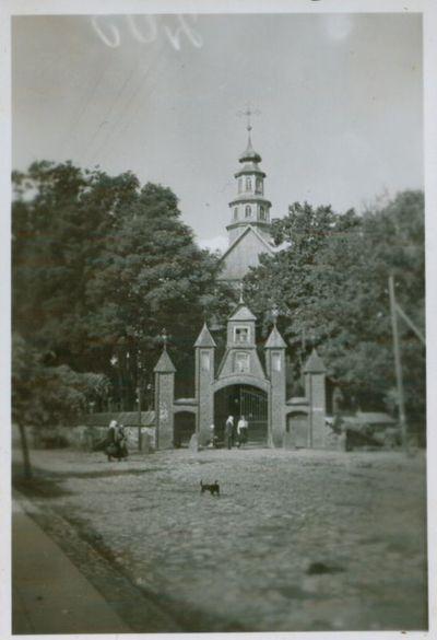 Nuotrauka. Šv. Aleksandro bažnyčios šventoriaus vartai. Varniai, Telšių raj., Lietuva