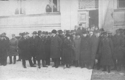 Klaipėdos krašto visuomenės ir politikos veikėjai prie Prefektūros Lietuvos valstybinės vėliavos pakėlimo iškilmių metu