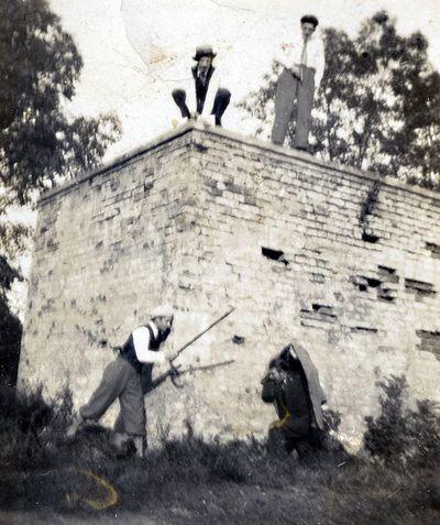 Grupė jaunuolių prie Kretingos dvaro II-jo tvenkinio vandens reguliatoriaus pastato