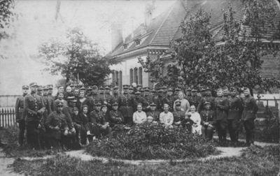 7-ojo pėstininkų Žemaičių kunigaikščio Butegeidžio pulko karininkai su žmonomis kareivinių kiemelyje