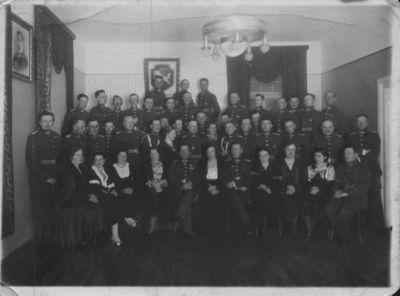 Karininkai su žmonomis šventinio vakaro metu Klaipėdos įguloje