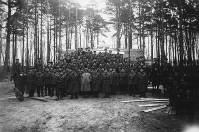 Klaipėdos krašto autonominės policijos darbuotojai prie paminklo kariams, žuvusiems per Pirmąjį pasaulinį karą