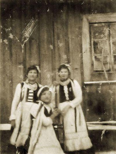 Raguvos gimnazijos auklėtinės (centre – Kazė Ingelevičiūtė). 1916 m.