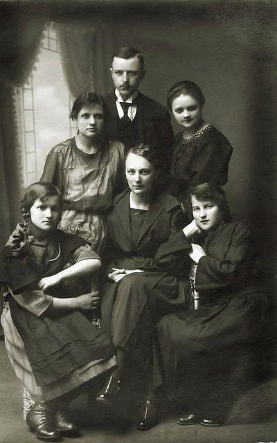 Telegrafistai. Kazė (pirma iš dešinės sėdi) ir Marija (stovi) Ingelevičiūtės. Panevėžys, 1921 metų gegužės 2