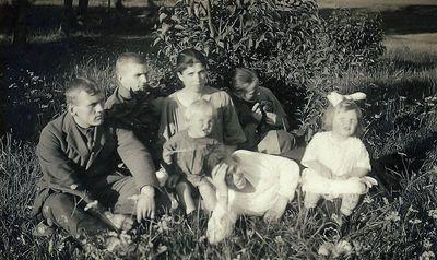 Iš kairės: Kostantas, Vladas ir Stasė Vaitkai, Antanas Budrys su dukrele Gražina, Vlada Vaitkienė su dukra Danguole. 1924 metai