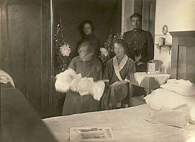 Rimgaudą Vaitkų supa močiutė Vladislava Ingelevičienė. Pajuosčio dvaras, 1925 m. spalio 15
