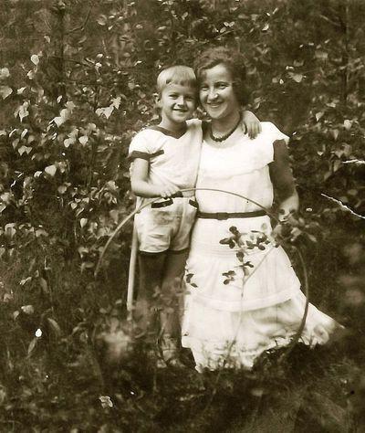 Kazė Vaitkienė su sūnumi Rimgaudu. Alytus, 1929 metai