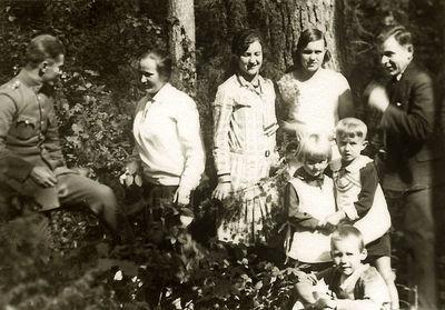 Grupinė nuotrauka (centre – Kazė Vaitkienė, iš dešinės stovi sūnus Rimgaudas Vaitkus). Alytus, 1929 metai