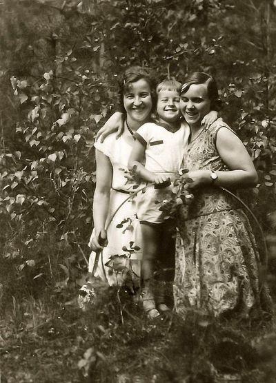 Trise gamtoje (iš kairės – Kazė Vaitkienė su sūnumi Rimgaudu). Alytus, 1929 metai