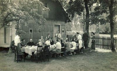 Šventė (iš kairės – Rimgaudas ir Vladas Vaitkai, priešais juos – Kazė Vaitkienė). Kartanai, 1929 metai
