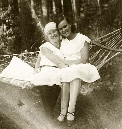 Hamake (kairėje – Kazė Vaitkienė). Alytus, 1930 metai