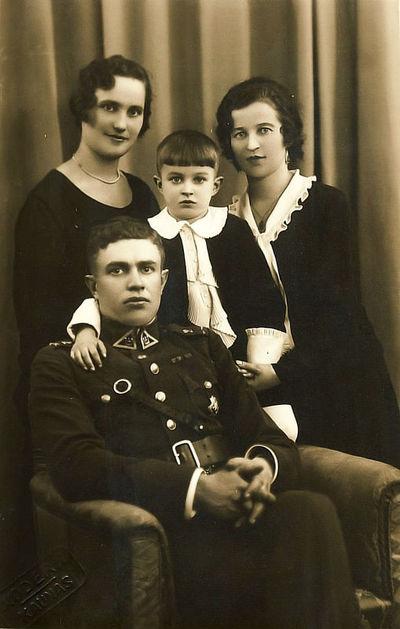 Vladas, Rimgaudas, Kazė Vaitkai ir Stefanija Korkienė. Kaunas, 1930 metai