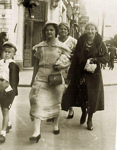 Kauno Laisvės alėjoje (iš kairės: Rimgaudas Vaitkus, Elena Čekuolienė, Kazė Vaitkienė). Kaunas, 1930 metai