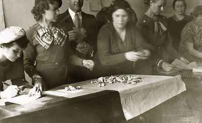 Našlaičiams vaikams pakuojamos kalėdinės dovanėlės (antra iš kairės – Kazė Vaitkienė). 1930 metai