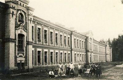 Alytaus kareivinėse (antra iš dešinės – Kazė Vaitkienė). Alytus, 1930 m. rugpjūčio 20