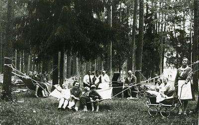 Grupinė nuotrauka gamtoje (centre ant suolo sėdi Kazė Vaitkienė). Alytus, 1930 m. rugpjūčio 30
