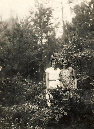 Kazė Vaitkienė (iš kairės) su Moteikiene. Alytus, 1930 m. rugpjūčio 30