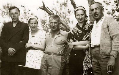 Kazė Vaitkienė (antra iš kairės) su kompanija. Alytus, 1933 metai