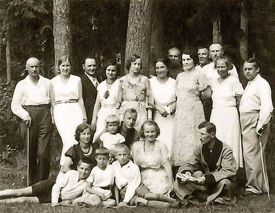 Grupinė nuotrauka gamtoje (pirma iš kairės – Kazė Vaitkienė, centre jūreiviškomis uniformomis sūnūs Rimgaudas ir Vytis). Alytus, 1933 metai