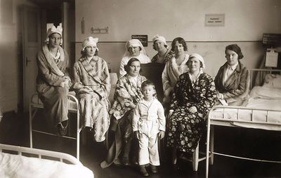 Kauno karo ligoninėje (iš kairės – Kazė Vaitkienė). Kaunas, 1933 metai