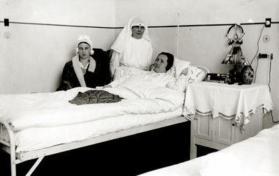 Kazė Vaitkienė (kairėje) palatoje su paciente. Kauno karo ligoninė, 1933 m. sausio 22
