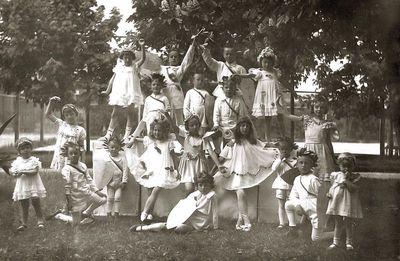 Motinos dienos šventė (trečias iš dešinės – Vytis Vaitkus, viršuje iš kairės antras – Rimgaudas Vaitkus). Kėdainiai, 1933 m. gegužės 7