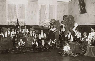 Motinos dienos šventė (trečias iš kairės – Rimgaudas Vaitkus). Kėdainiai, 1933 m. gegužės 7