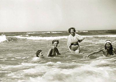 Maudynės jūroje (iš dešinės – Kazė Vaitkienė). Palanga, 1934 metai