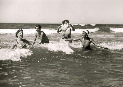 Maudynės jūroje (pirma iš dešinės – Kazė Vaitkienė). Palanga, 1934 metai