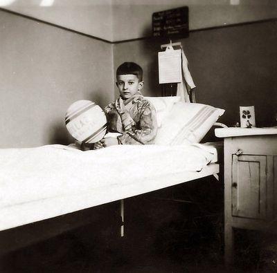 Rimgaudas Vaitkus gydosi ausų uždegimą. Kauno karo ligoninė, 1934 m. kovo 15