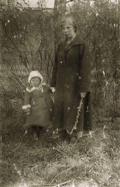 Stasė Budrienė su dukra Gražina. 1937 metai