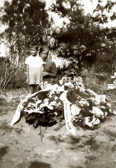 Prie Monikos Kochanauskienės kapo sūnus Rimvydas ir sesuo Kazė Vaitkienė. Kartanai, 1938 m. rugpjūčio 18
