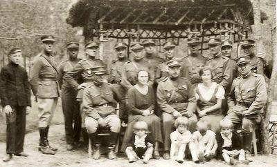 Kėdainių poligone (iš dešinės pirmas – generolas Sidabras, Kazė Vaitkienė, Kibirkštienė ir priekyje jos trys vaikai, antras iš dešinės – Rimgaudas Vaitkus). 1938 metai