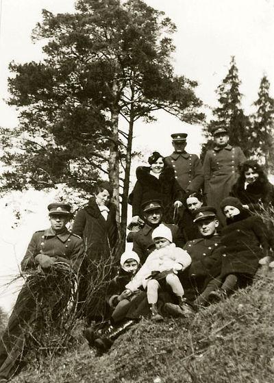 Ant kalvos (iš kairės – Vladas ir Kazė Vaitkai, iš dešinės – Rimgaudas Vaitkus ir Vytis Vaitkus baltu paltuku). Kėdainiai, 1933 metai