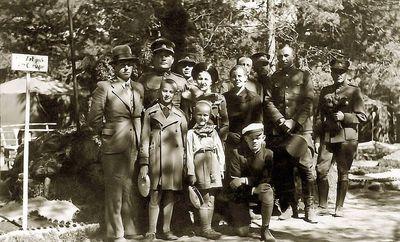 Kėdainių poligone, prie Artilerijos pulko palapinių, iš kairės antras stovi Rimgaudas, Vytis, už jo Kazė, už jos Vladas Vaitkai. 1938 metai