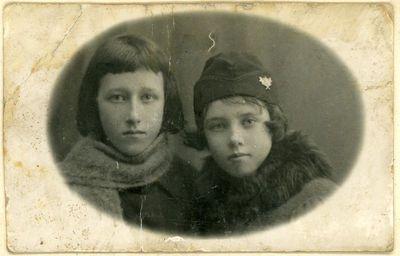 Seserys Marija (kairėje) ir Elena Šikšnytės, Marcelino Šikšnio dukros, Vilniaus Vytauto Didžiojo gimnazijos moksleivės. Vilnius, ~1924 metai