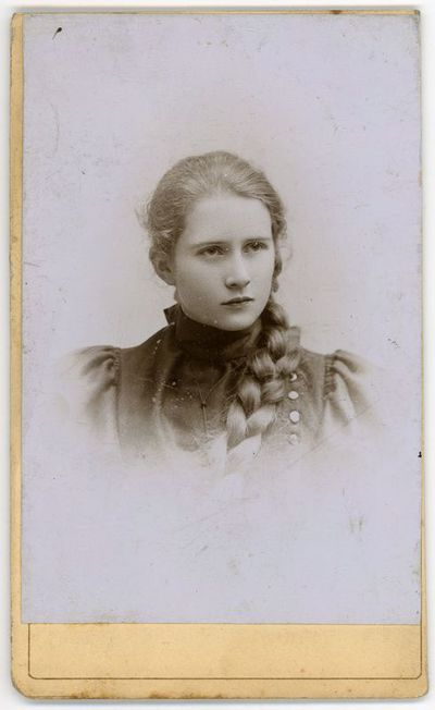 Augustino Paškevičiaus dukra Liucija (1881–1957), Varšuvos kilmingųjų merginų instituto auklėtinė. Varšuva, ~1896 metai