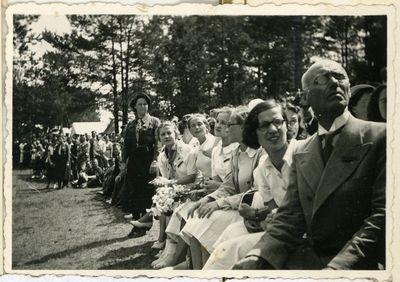Antroji lietuvių tautinė olimpiada. Iš dešinės: pirmas – Marcelinas Šikšnys, antra – Bronislava Mačiukaitė (Kaktavičienė 1914–1988), šešta – sporto magistrė Jadvyga Kazlauskaitė (1906–1987). Kaunas, 1938 metai