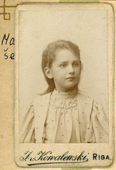 Vanda Ciemnolonska, Liucijos Paškevičiūtės Šikšnienės pusseserė iš jos motinos Stefanijos Varevičiūtės Paškevičienės pusės. Ryga, 1899 metai