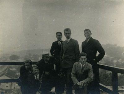 Studentų grupė ant Vytauto Didžiojo universiteto rūmų stogo. Pirmas iš dešinės priklaupęs Jonas Kruopas (1910–1975), viduryje stovi Petras Jonikas (1906–1996). Kaunas, 1929 metai
