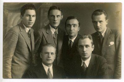 Draugai. Iš kairės stovi: Jonas Kruopas (1910–1975), Izidorius Stankaitis, Nikodimas Radvilas, du nežinomi asmenys, Petras Jonikas (1906–1996). Kaunas, 1932 metai