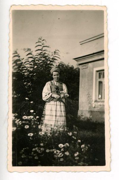 Elena Šikšnytė-Kruopienė (1912–1991) prie namų. Vilnius, 1939 metai