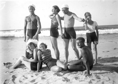 Lygos M stovykla (antra iš kairės stovi Marija Šikšnytė). Lenkija, Baltijos pajūris, 1933 metai