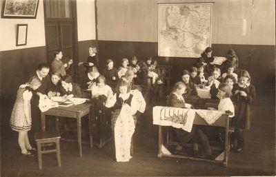 Kaišiadorių pradžios mokyklos Nr. 1 mokiniai darbelių pamokoje