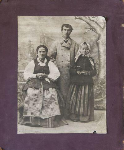 Lietuvių šeima pasipuošusi tautiniais kostiumais