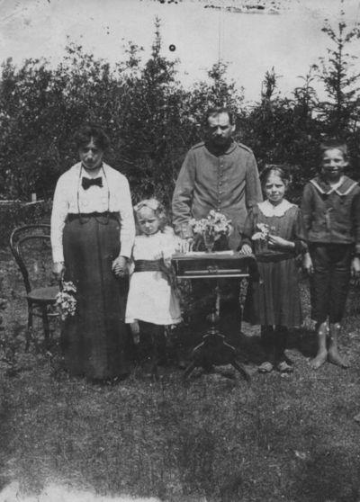 Klaipėdos apskrities Dvylių kaimo kalvio Richardo Priuferto  šeima