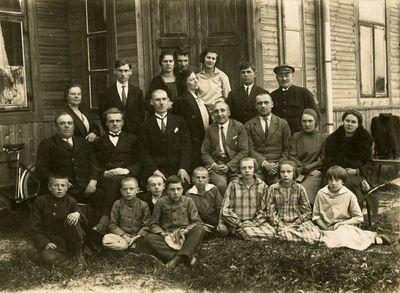 Mokytojai ir mokiniai prie Jaučakių mokyklos